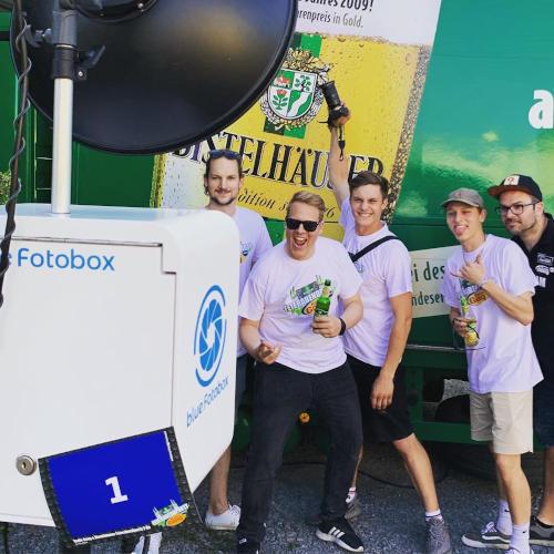 Das Radio Gong Team vor der blue Fotobox